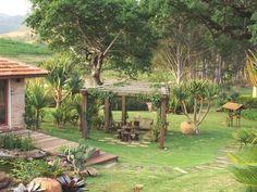 Na Fazenda Bela Vista, em Itatiba, estado de São Paulo, Brasil, a premissa do projeto de paisagismo de Paula Magaldi é promover o encontro da família por meio de estímulos ambientais tais como espelho d'água, gazebos (foto), construções de lazer e muitas plantas tropicais. Fotografia: Divulgação.