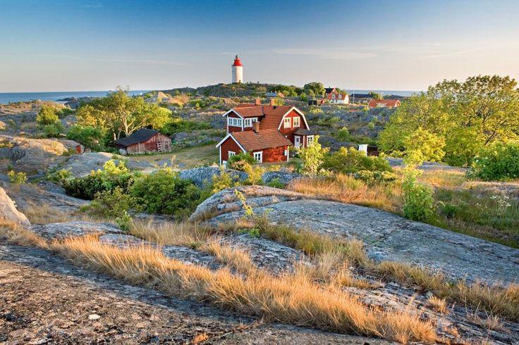 Der Zauber von Sonne, Schatten und Wind spielt über Klippen, Birken und Hütten. Der 45 Meter hohe Leuchtturm ist der älteste Schwedens.