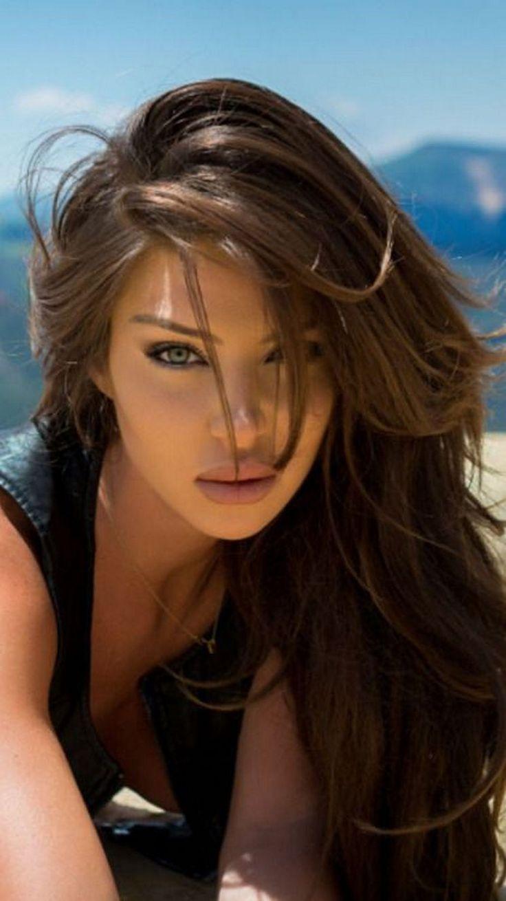 Ojos luminosos, labios entreabiertos: la seducción.