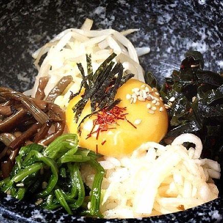 こんにちは! 表参道 韓国料理 COSARI TOKYOです(#^.^#) . . 不動の人気No.1、石焼ビビンパです(#^.^#) . . ビビンパだけでも5種類! 定番に納豆、野菜ナムル、チーズ、明太子です! . . どの味も、ご飯とマッチして美味しいです(#^.^#) . . #表参道 #韓国料理 #コリアン #ランチ個室 #女子会 #韓国料理 #サムギョプサル #姉妹店 #肉フェス #女子会 #個室焼肉 #隠れ家 #マッコリ #新大久保 #チーズダッカルビ #韓国 #韓国旅行 #肉 #飲み放題 #カクテル #コラーゲン #ヘルシー #チヂミ #石焼ビビンパ
