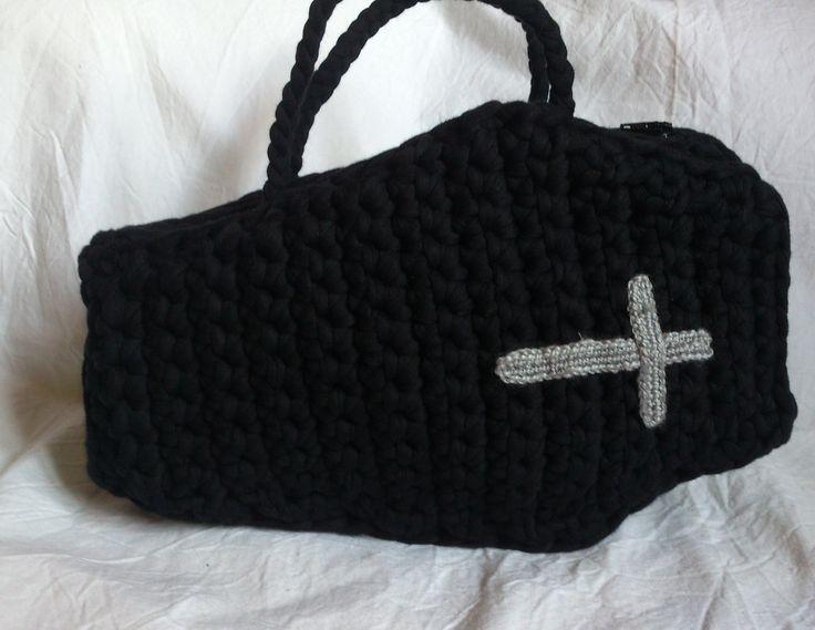 Bolso ataud de trapillo trabajado en crochet XL,con una cruz gris cosida en el frente.Un bolso original para tu noche de Halloween.Producto artesanal.