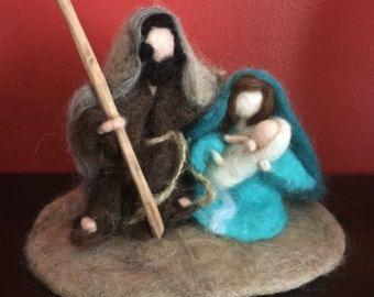 Esta aguja de fieltro Natividad sería una adición bienvenida a cualquier colección de coleccionistas de Natividad. José y María acuna suavemente el Santo Niño Jesús en su nacimiento, se encuentra cerca de 5.5 pulgadas (14 cm) de alto y se encuentra conectado a una base de 6,5 pulgadas (16,5 cm) de fieltro para fácil visualización. Por favor recuerde que esto no es un juguete para los niños a jugar, Y ordenar más de un artículo en la tienda viene sin cargos adicionales del envío! ¡Gracias…