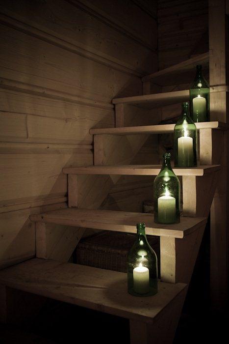 Bra för kvällar med kvällsbris. Ta ur botten ur flaskan och sätt in blockljus.
