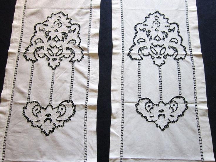 Очень красивый комплект штор: две длинные шторы и поперечина. Периметр украшен мережкой, великолепная профессиональная вышивка в технике ришелье. Размер длинных штор 202 х 46,5 см, поперечина - 103 х 48 см.