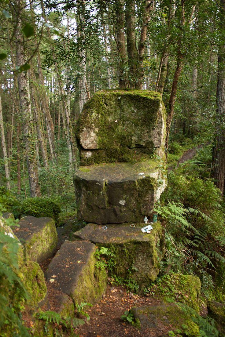 """Silla de San Patricio (Tyrone, Irlanda del Norte) - A la roca se la conoce en irlandés con el nombre de spink-ana-gaev y tiene además, más arriba, un enorme trono tallado en un tronco macizo. El folclore lo adjudicaba a un gigante pero después pasó a llamarse """"la silla de San Patricio""""."""