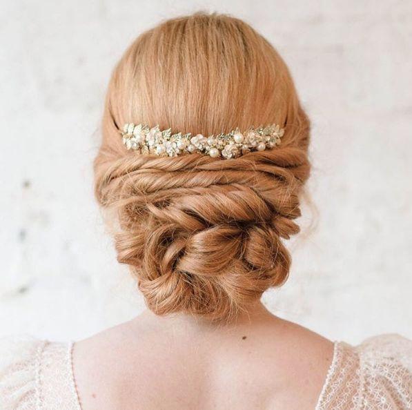 Penteado de noiva - coque baixo torcidinho - cabelo ruivo { Foto: Ale Marques | Penteado: Atelier de Beauté }