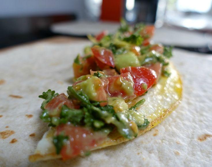 Gevulde wraps met ei, hüttenkäse & avocado-tomaten salsa