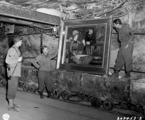 Tweede Wereldoorlog, kunstroof nazi's. Amerikaanse soldaten bekijken het schilderij