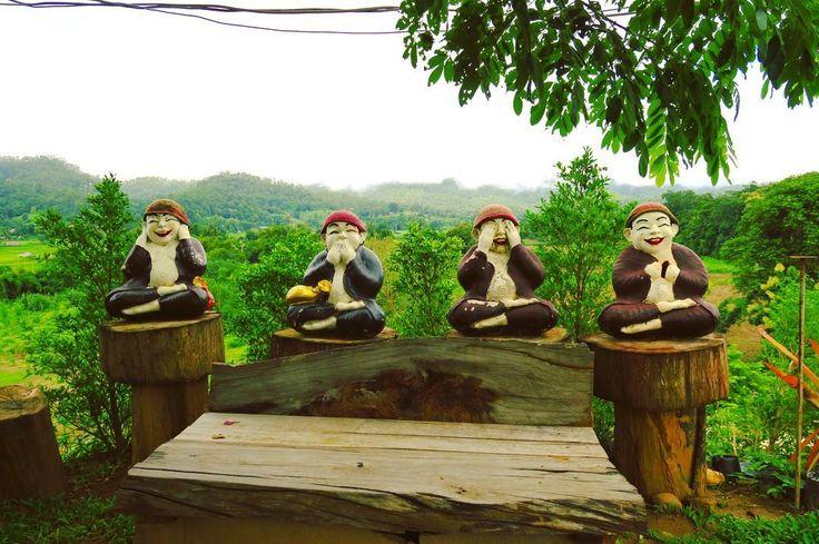 タイのお寺にて 聞かざる言わざる見ざる えーっとその次 笑顔で胸部を開く意味がわかりません僧侶 . . #thailand #village #nature #green #trip #scenery #odd #ricefield #タイ #旅 #色 #自然 #空 #緑 #風景 #タイの不思議