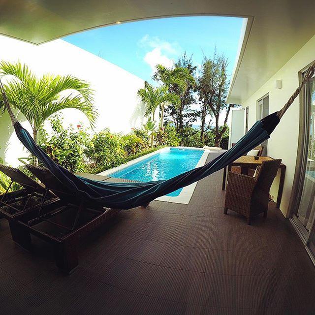 【panocchi】さんのInstagramをピンしています。 《✴︎ Feliz Villa Suite Miyakojima この日だけ泊まりたいホテルが予約でいっはだったので別で予約したところ…… すごい良かった😍  #南国 #フェリスヴィラリゾート宮古島 #宮古 #宮古島 #旅行 #旅 #プール #海 #travel #trip》