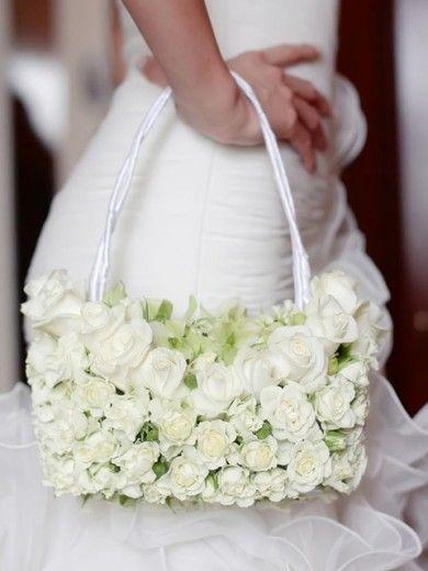Não dá pra sair de casa sem algumas coisas na bolsa. E pra não ficar na mão na hora da festa, que tal essa bolsa?