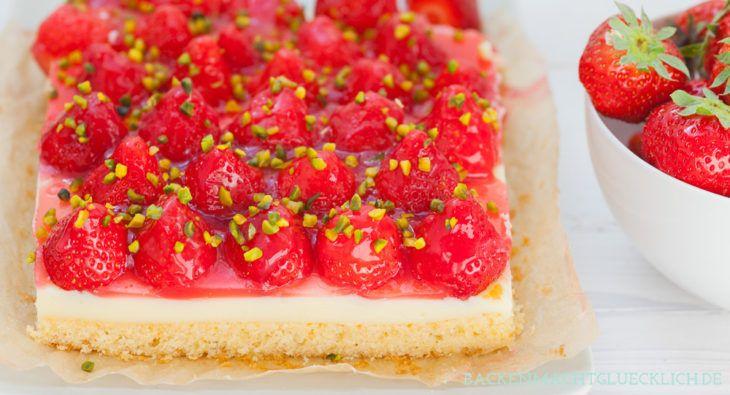 Backen macht glücklich | Einfacher Erdbeerkuchen mit Pudding vom Blech | http://www.backenmachtgluecklich.de