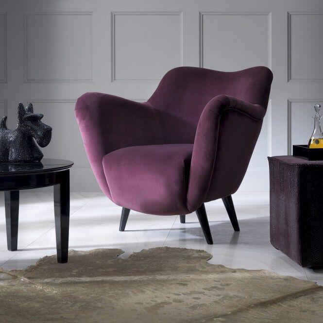 Fotel Vintage swoja formą prezentuje styl mebli lat 60-tych ubiegłego wieku. Cienkie, wysokie nóżki oraz obłe kształty konstrukcji gwarantują klimat minionej epoki. Świetnie prezentuje się w mocnych, odważnych kolorach, tkaninach z geometrycznym, powtarzalnym wzorem oraz wzorami typu esy-floresy. Możliwość dowolnego wyboru kolorystyki pozwala na skomponowanie mebla, które ożywi każde wnętrze.