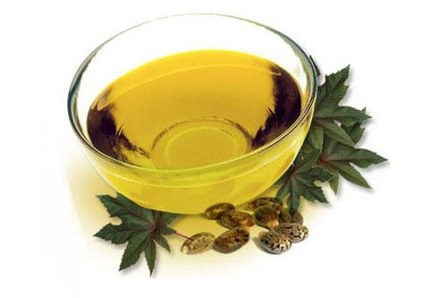 Massaggiare dell'olio di ricino unito a olio d'oliva e limone renderà le tue unghie può robuste, aiutandoti anche a rimuovere quella patita giallastra grazie all'azione schiarente del limone.
