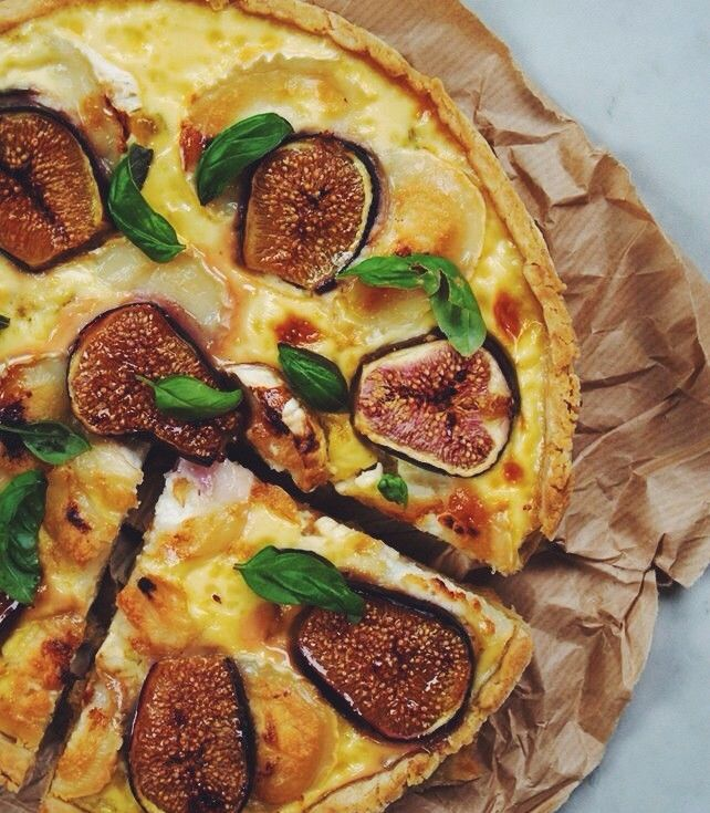 Quiche made with eggs, figs, goat cheese, and shallots.