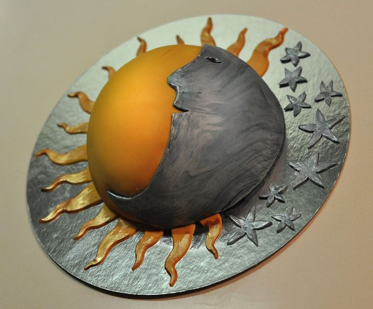 Sun and moon half-sphere cake from Art Cakery in Brussels