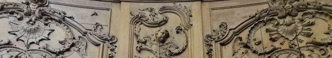 """La """"maison du Marchand"""" n'est pas la seule à justifier une promenade dans les rues de Lunéville. Mais c'est sûrement la plus """"évidemment"""" belle avec sa façade de grès rouge et son pilastre d'angle richement sculpté. Ballots, barils, proue de navire et..."""
