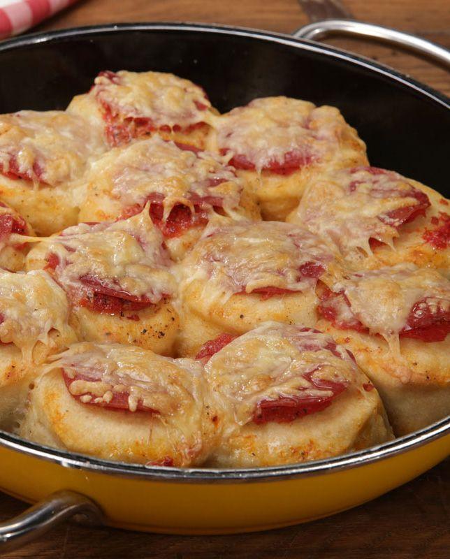 Man nehme: Knack-und-Back-Brötchen aus der Kühltheke und belege sie wie eine Pizza. Schon ist die Bubble up Pizza fertig, um im Ofen schön hochzubacken.