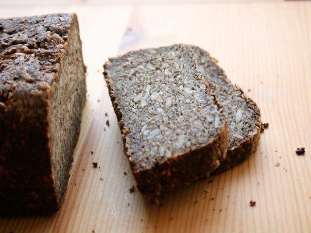 Gabonamentes kenyér magokból   Ötelemes főzés - Gabonamentes kenyér magokból Hozzávalók 1 db 75 dkg-os kenyérhez      30 dkg őrölt lenmag (Pl. kávédarálóban hatékonyan meg lehet őrölni. Vagy megvehetjük őrölve is bioboltokban. A frissen őrölt persze mindig jobb.)     10-10 dkg szezámmag, tökmag, napraforgómag, mandula (Helyettesíthető még dióval vagy törökmogyoróval ill. tetszés szerint variálható; a lényeg, hogy kb. 40 dkg dió és magféle kerüljön a keverékünkbe. Lehet homogénebbre is hagyni…
