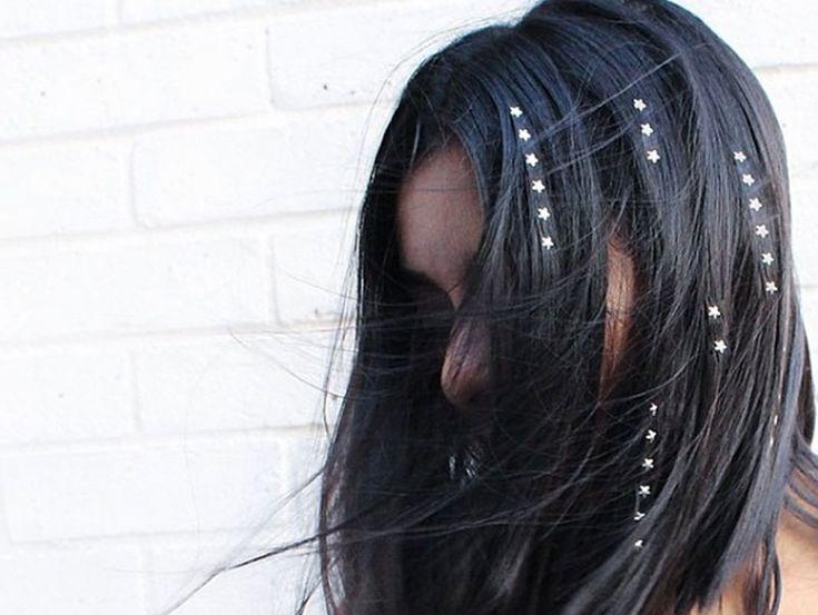Strass steentjes voor je haar, ontzettend leuk als je een avond uit gaat of voor een feestje. Doe hier inspiratie op voor kapsels met strass steentjes.