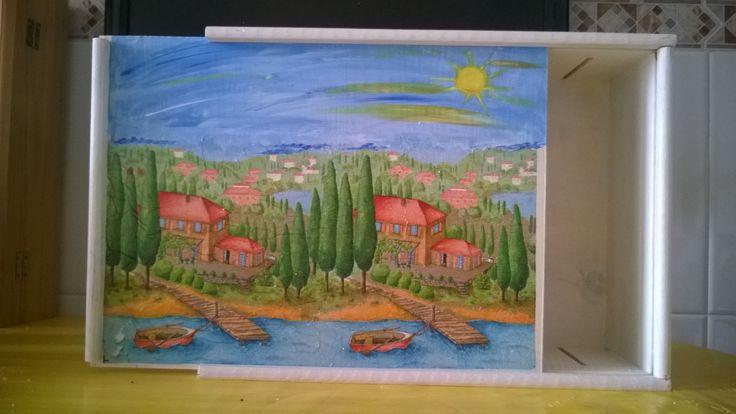 una vieja caja de vino, servilleta , pintura y lista para guardar algo y a la vez decorar un poco