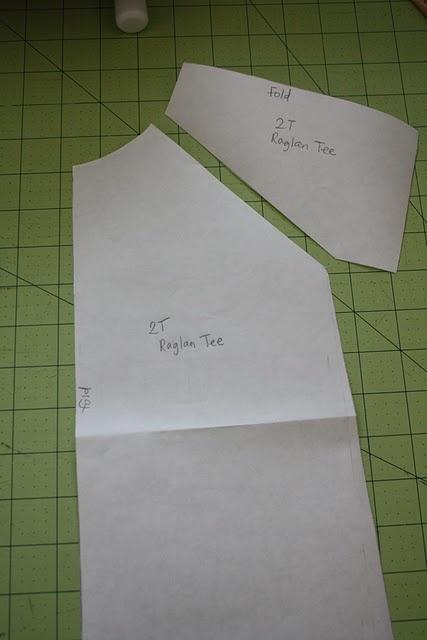 Gran tutorial: Cómo hacer un patrón y una camiseta con mangas raglan para niños basándose en otra camiseta, MUY BUENO