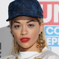 Rita Ora participó en un concierto caritativo el pasado 29 de septiembre de 2013 en Londres, ¡nos dejó con la boca abierta! http://www.guiasdemujer.es/st/actualidad/Rita-Ora-acomo-llevar-gorra-y-ser-femenina-2373