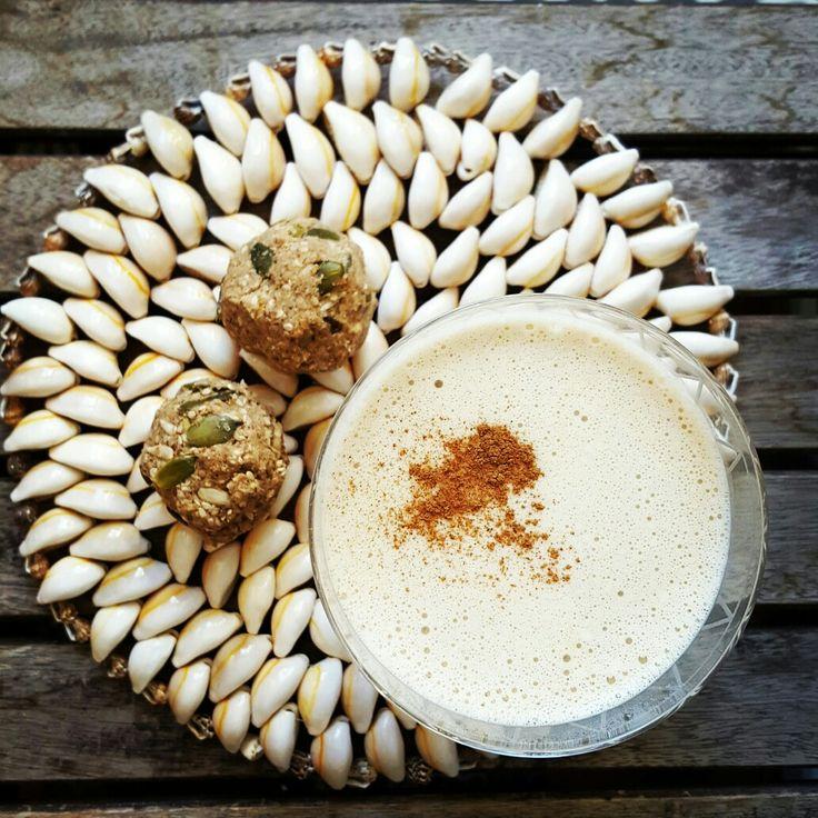 Lyxig nötmjölk 1,5 dl sötmandel (blötlägg i minst 6-8h) 300 ml kokosvatten 2 st medjol dadlar (1 msk solros lecitin) 3 cm gurkmeja (färsk) Svartpeppar Kardemumma Kanel Ingefära (mald) Mixa allt och sila i nötmjölksfilter. Spara fibrerna!  Rawfood bollar av fibrerna: + 2 msk kallpressad kokosolja Sesamfrön Solrosfrön Pumpafrön