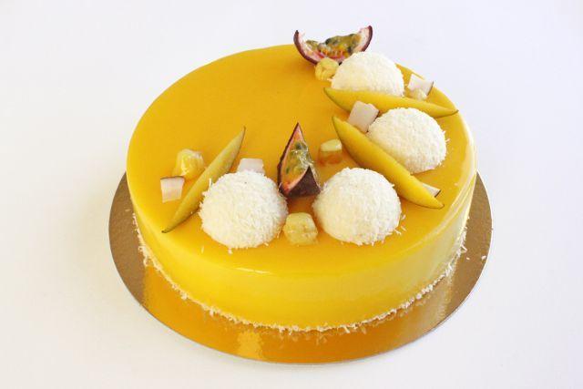 Экзотический торт: бисквит кокосовый дакуаз, кокосовый мусс, компоте из ананаса, манго и маракуйи, кокосовый мусс, мусс из манго и маракуйи.