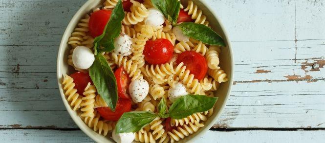 Heerlijke zomerse pastasalade (maaltijdsalade) met tomaten, mozzarella, gerookte kip en verse basilicum. Staat bij ons bijna wekelijks op tafel!!