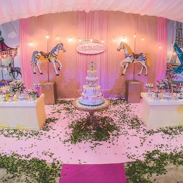 #postandofotosoficiais  #MariaJulia1ano Familia super especial ❤️ Buffet : @laliboombuffet  Fotos:@zirigduninfantil ------------------------ #kriativecerimonial  #kriativekidscerimonial  #festainfantil  #aniversarioinfantil  #referenciaemcerimonial #cerimonialinfantil #aniversarioinfantil #festademenina #festainfantis #parquedediversoes