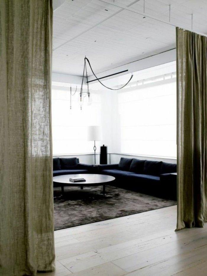 séparation de pièce amovible salon sol en parquet clair tapis marron foncé canapé d angle bleu