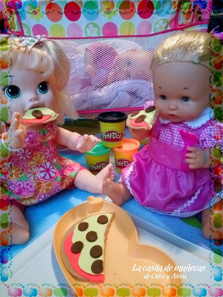 Sara y Emma disfrutando de una rica pizza. La pequeña Elsa es muy bebé todavía y no puede comer con ellas. (Baby Alive Snackin' Sara o Sara comiditas divertidas, Nenuco lava y peina y Mi pequeño Nenuco blandito)