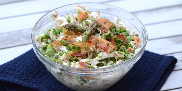 Vildt god kyllingesalat med bacon og asparges samt en lækker dressing med purløg, som gør den til noget ekstra særligt.