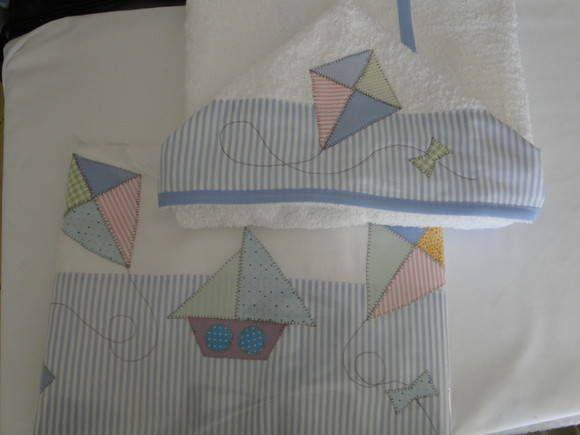Jogo de lençol de berço padrão americano 130x70 3 pçs; lençol com elástico, virol e fronha, e toalha de banho 100x70. Algodão 200 fios e felpa 100% algodão. Acabamento em tricoline e viés de algodão. Cores firmes. Motivos variados, de acordo com sua escolha. Cores variadas, listras, xadrez e poás. R$ 168,00