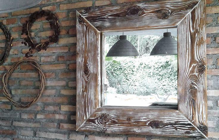 VENDIDO Espejo de 70x70, realizado con madera recuperada (viga de albañil), refinada lo mínimo para eliminar las astillas y acabada a la cera blanca.