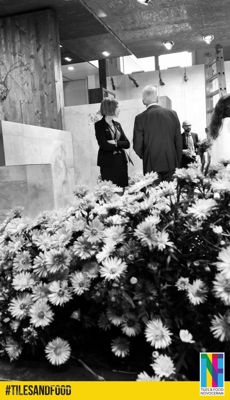 """#Cersaie : Des fleurs ornent également le stand """"Tiles & Food Novoceram"""" : ce stand est décidément bien vivant !  En savoir plus : http://www.novoceram.fr/blog/evenements-novoceram/novoceram-stand-cersaie-2014  #TILESANDFOOD #CERSAIE2014"""