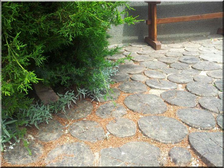 Szeletelt fa korongokból kerti térburkolat
