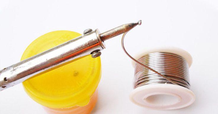 Cómo funciona la soldadura de plata. La palabra soldadura significa unir o consolidar dos cosas. Muy a menudo se refiere a la soldadura eléctrica en la que los cables se unen entre sí, o a la soldadura estructural, que significa cerrar brechas y juntas en un objeto. El proceso de soldadura funciona al fundir un metal compuesto y hacerlo gotear en el espacio de la veta que ha sido ...