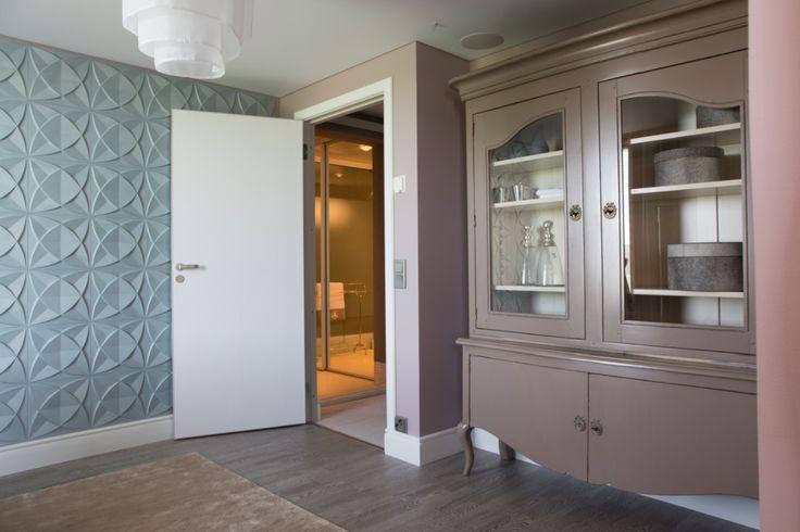 Pukeutumishuoneessa on tilaa sovittaa ja kokeilla. 3D-seinä taustalla on Dekotuotteen mallistosta. #asuntomessut #yitasuntomessut #asuntomessut2014 #yitdramaqueen #yitdramaqueenmakuuhuone2