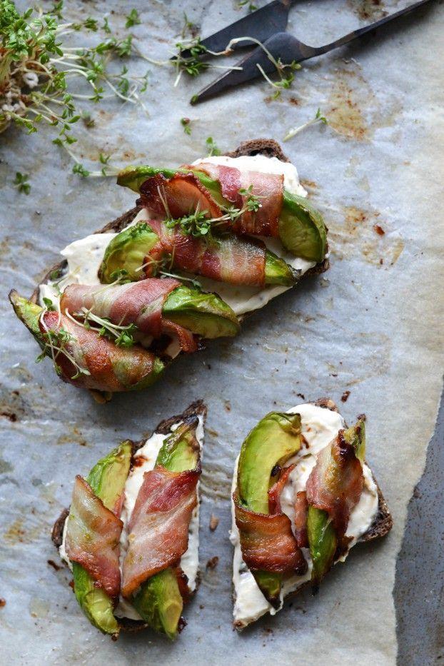 Aperitivi che svoltano la giornata: fette di #avocado avvolte nel #bacon e cotte nel forno, servite su pane tostato caldo con una crema a base di formaggio fresco, miele e senape #maille!