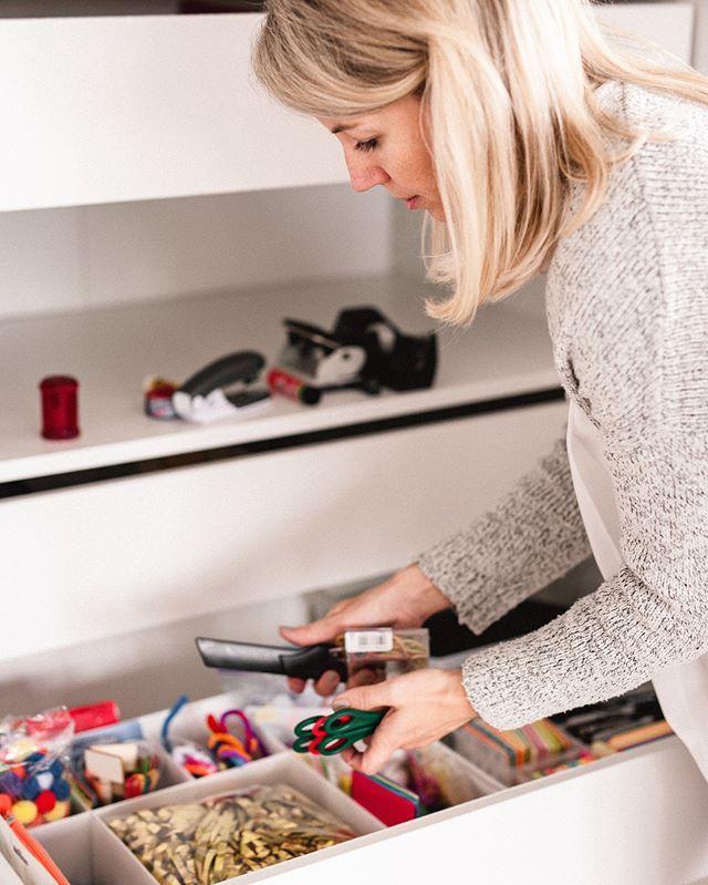 Tetris spielen im Büroschrank   Hier sind Kleinteile wie Post-its Scheren Büroklammern und andere Dinge untergebracht. Wenn du die Schublade oder die Trenner auch noch mit einem Etikett beschriftest steigen die Chancen dass die Dinge nach Gebrauch wieder zurückgelegt werden. . . . #büroorganisation #büro #arbeitszimmer #einfachorganisiert #veronicazapporganizing #professionalorganizer #ordnung #ordnungscoach #münchen #münchenmama #munichmom #einfachorganisiertleben #igersmunich #igersgermany…