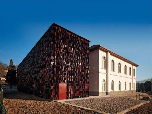 Rehabilitación y Ampliación Biblioteca Nembro / Archea. Un ejemplo de protecciones solares con diseño.