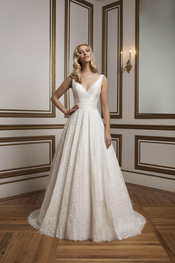 Style 8824. 2016 Justin Alexander collection #weddingdress #vneck #lace