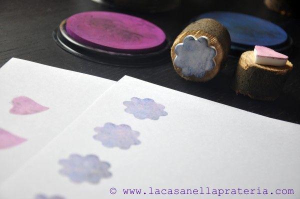 Lididou - Basta ritagliare la pasta con delle formine per biscotti, lasciarla seccare, incollarla su un pezzo di legno o altro supporto e sbizzarrirsi con i colori.
