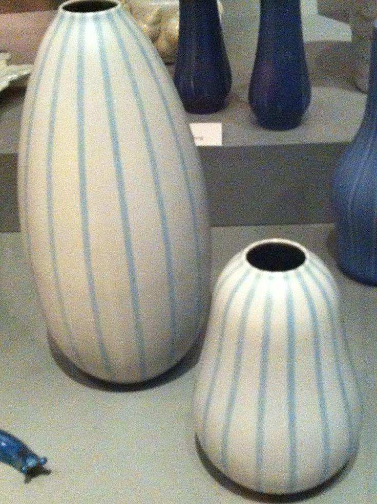 Berit Ternell, Bo Fajans, vas, glasyr Pumpa från 1953, till vänster märkt 021/2 till höger troligen märkt 023. Från Länsmuseet i Gävle