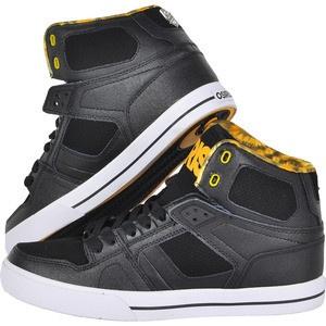 Poarta stilul NYC, adopta atitudinea care a cucerit lumea a lui Chad Bartie. Osiris iti prezinta o pereche de pantofi sport skate indrazneti care combina negrul intens cu galbenul cald pentru a crea un design unic. Interiorul este din material textil cu un imprimeu abstract in combinatii de galben si negru, ideali pentru cei carora le place sa iasa in evidenta. Talpa este durabila si rezistenta, cu striatii speciale pentru a preveni alunecarea.