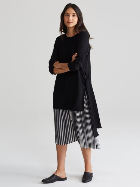 A layering tunic with an elegant side tie. In our ultralight cashmere knit that transcends seasons.