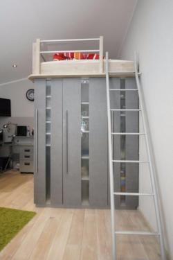 ich biete ein vom schreiner gebautes hochbett welches auf einem begehbaren kleiderschrank. Black Bedroom Furniture Sets. Home Design Ideas