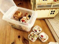 均でも売ってる食品用プラスチックケースが結構使える 特に子供部屋に散らかったおもちゃを片付けるには重宝するんです 使うのは米びつに使う大きなプラスチックケースと小さいプラスチックケース おおきなプラスチックケースにはそのまま大き目なおもちゃを収納して細かいおもちゃは小さなケースにまとめてから大きいケースにINしちゃえば あっという間にこどもでも簡単に片づけられちゃいますよ()